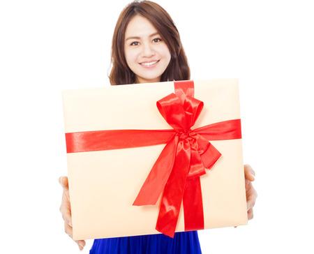 dar un regalo: primer plano de mujer joven feliz celebración de una caja de regalo sobre fondo blanco
