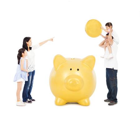 padres asiática de enseñanza hijas concepto financiero con una hucha