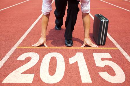 gezonde mensen: Gelukkig Nieuwjaar 2015 zakenman voorbereiding voor het lopen met koffer Stockfoto