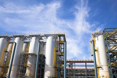 industria petroquimica: Planta Industrial química contra el cielo azul y la nube Foto de archivo