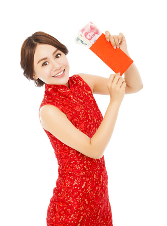 asiatische Frau, die einen roten Umschlag mit Geld für frohes neues Jahr