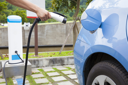 hand holding plug for Charging of an electric car Stockfoto