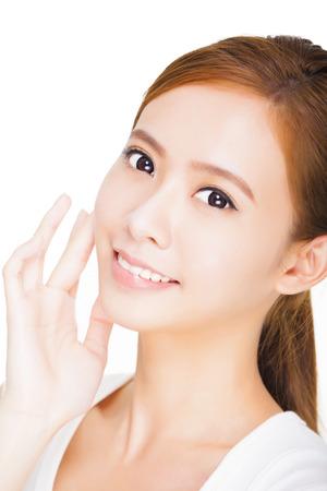 visage: Beau visage de jeune adulte femme avec la peau fraîche et propre. concept de soins de la peau