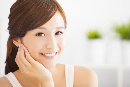 sonriente mujer joven asiático