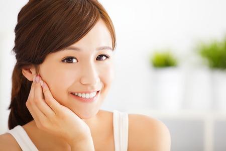 mooie en glimlachende Aziatische jonge vrouw