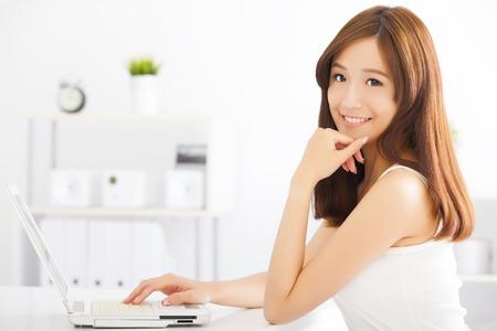 computadora: feliz mujer asiática joven con un ordenador portátil Foto de archivo