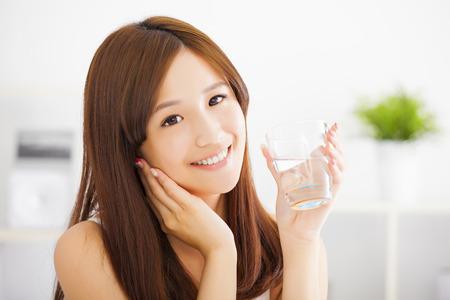 tomando agua: Mujer atractiva joven con agua limpia
