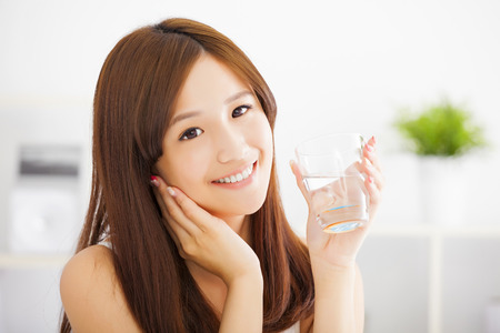chicas guapas: Mujer atractiva joven con agua limpia