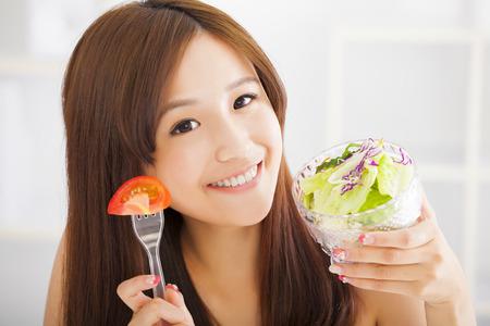 nutrientes: hermosa niña de comer alimentos saludables Foto de archivo