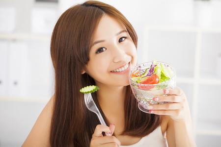 eten: mooie Aziatische jonge vrouw het eten van gezond voedsel