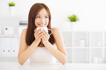 아침: 행복 한 아시아 젊은 커피를 마시는
