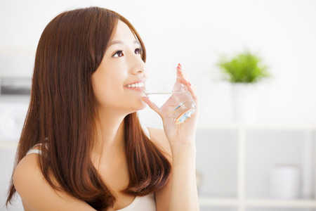 tomando agua: Mujer asiática joven que beber agua limpia