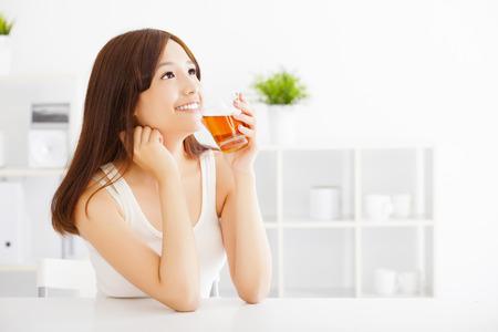 Asiático mujer que beber té joven Foto de archivo