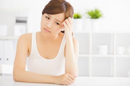 Gros plan triste jeune femme asiatique