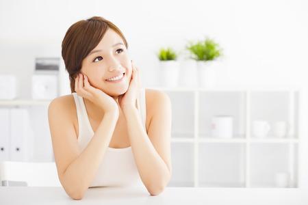 dientes sanos: hermosa mujer asiática joven que mira Foto de archivo