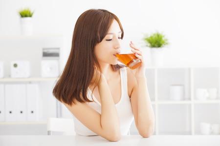 生活方式: 年輕漂亮的亞洲女人喝茶 版權商用圖片