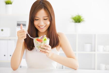 comer sano: hermosa mujer joven asi�tica comer alimentos saludables Foto de archivo