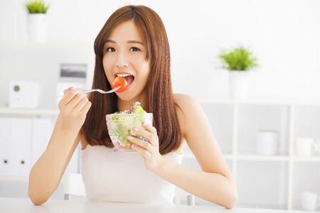 alimentacion sana: hermosa mujer joven asi�tica comer alimentos saludables Foto de archivo