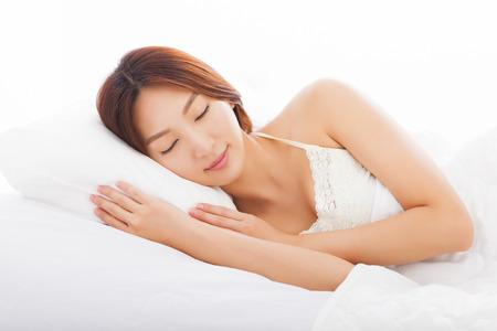 dormir: joven y bella mujer durmiendo en la cama