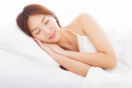 joven y bella mujer durmiendo en la cama