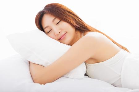Belle jeune femme dormir dans le lit Banque d'images - 33508576