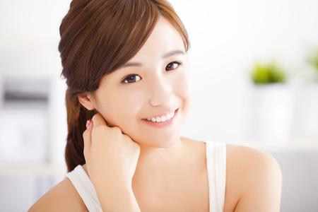 若いアジアの女性の顔に笑みを浮かべてください。 写真素材
