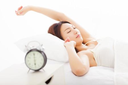 despertarse: mujer joven durmiendo en la cama