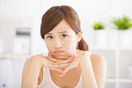 close-up triest jonge Aziatische vrouw