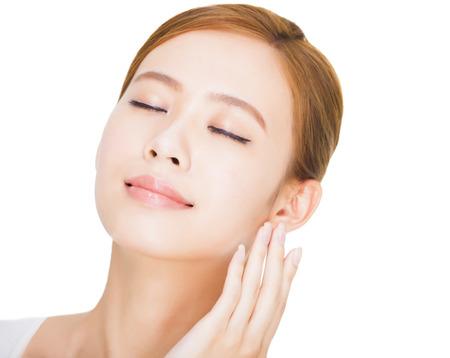 美しいアジアの女性の若い顔を閉じる