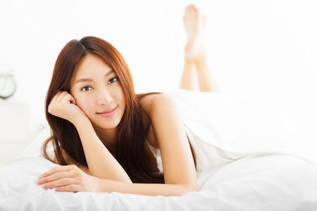 dormir: joven mujer hermosa que se relaja en la cama Foto de archivo