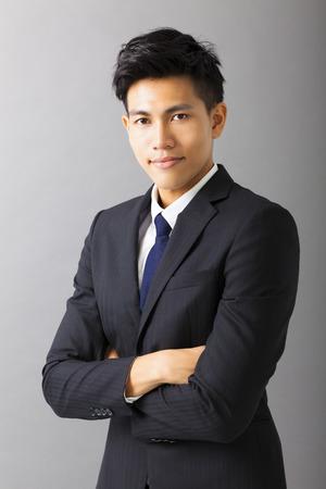 hombre de negocios: sonriente joven hombre de negocios de Asia Foto de archivo