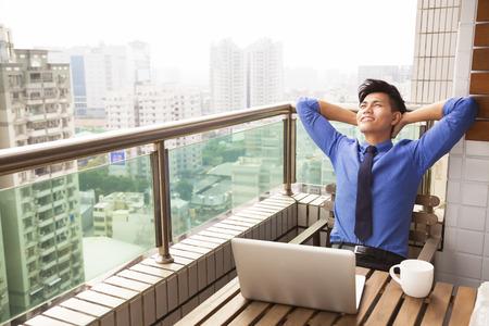 livsstil: avslappnad ung affärsman tittar på utsikt över staden Stockfoto