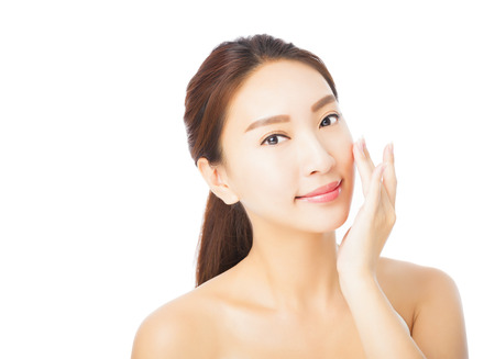 schoonheid: close-up van mooie jonge Aziatische vrouw gezicht geïsoleerd op wit