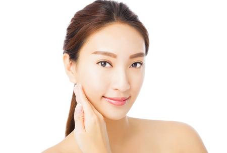 caras felices: primer plano hermosa mujer joven rostro asiático aislado en blanco