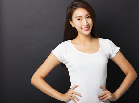 Mooie jonge vrouw met zwarte grond Stockfoto - 33826708