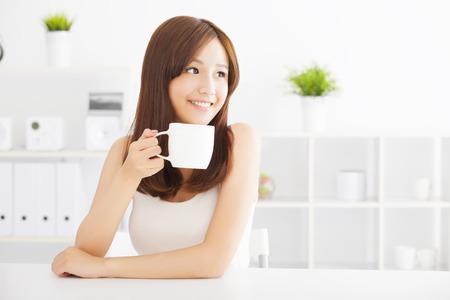 Felice asian giovane bere il caffè Archivio Fotografico - 33907765