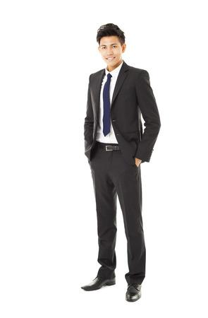 lleno: longitud completa joven sonriente hombre de negocios de pie