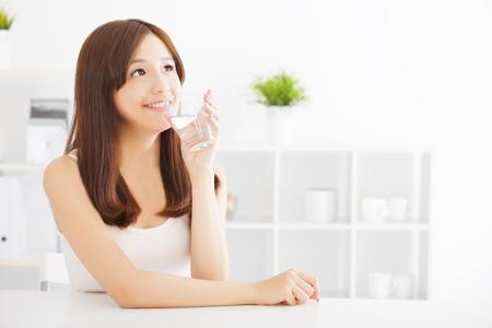 agua: Mujer joven atractiva beber agua limpia