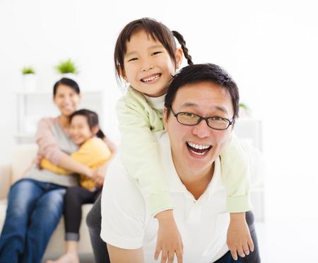 animados: familia feliz en la sala de estar Foto de archivo