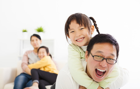 animados: Familia asiática feliz en la sala de estar
