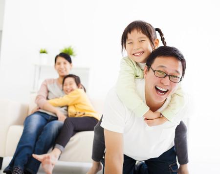 familias jovenes: Familia asi�tica feliz en la sala de estar