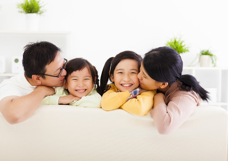 famille: famille heureuse asiatique dans le salon Banque d'images
