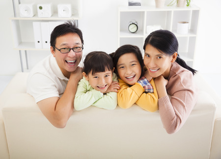 hija: Familia asiática feliz en la sala de estar