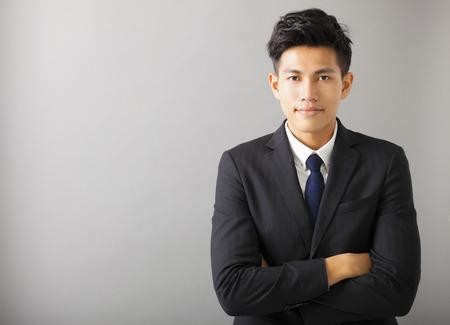 professionnel: jeune souriant homme d'affaires asiatique