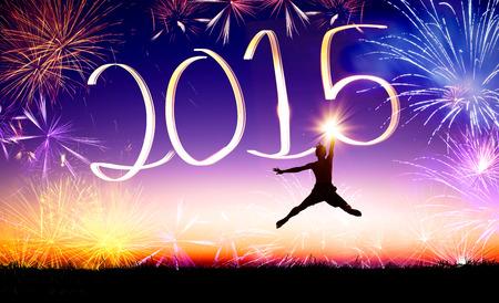 gl�ckliche menschen: Rutsch ins neue Jahr 2015. junge Mann Springen und Zeichnung 2015 durch Blitzlicht