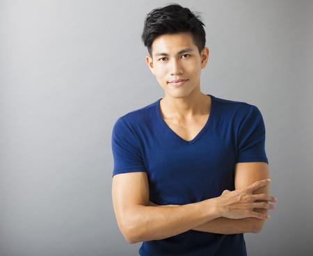 uomini belli: sportivo sorridente giovane