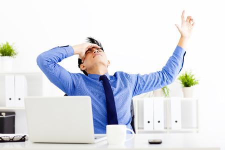 homme: stressé homme d'affaires travaillant dans le bureau