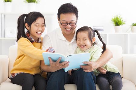 personas leyendo: feliz padre leyó el libro a los niños