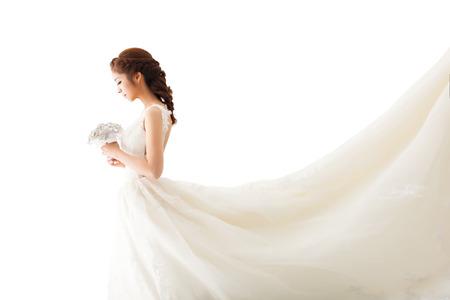Cô dâu trẻ hấp dẫn với hoa