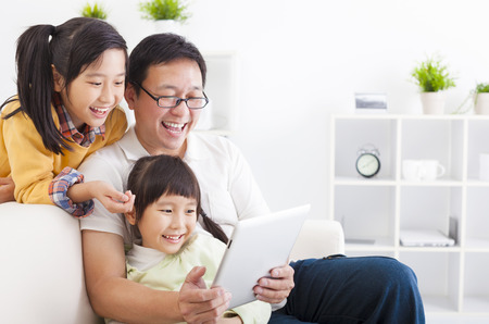 fathers: feliz padre con tablet pc con ni�as Foto de archivo